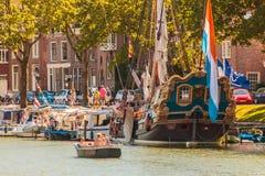 Vue d'été avec des personnes sur un petit bateau dans Weesp Images stock