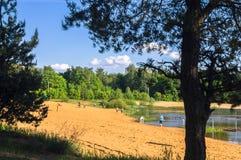 Vue d'été de l'au bord du lac arénacé dans le secteur résidentiel suburbain photos stock