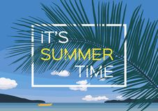 Vue d'été de la mer de paradis et du ciel bleu Bateau jaune isolé dans l'océan Affiche de touristes Photographie stock libre de droits