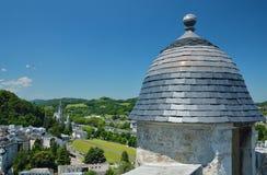 Vue d'été de Lourdes avec la tour antique Images stock