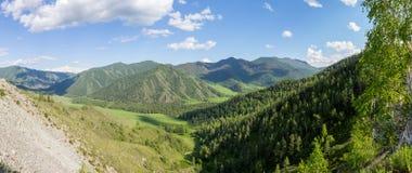 Vue d'été de vallée de montagne, sous le ciel bleu avec des nuages Image stock