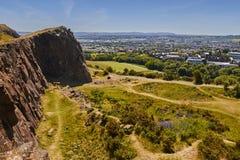 Vue d'été des rochers de Salisbory en parc de Holyrood près du ` d'Arthur s Seat avec la belle herbe verte et le ciel bleu à Edim photographie stock