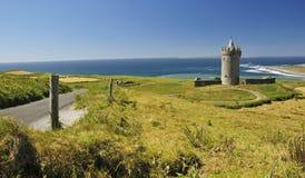 Vue d'été pour le château de Doonagore Photos stock