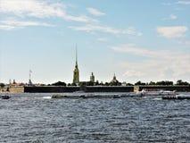 Vue d'été St Petersburg : rivière, bateaux et forteresse ! photos libres de droits