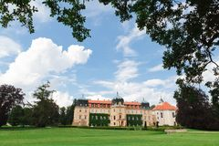 Vue d'été sur le château Lany dans la République Tchèque, résidence de président images stock