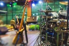Vue d'étape pendant le concert de rock, avec des instruments de musique et des lumières d'étape de scène, représentation d'exposi Image stock