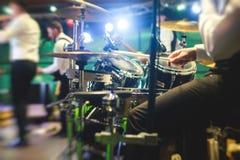 Vue d'étape pendant le concert de rock, avec des instruments de musique et des lumières d'étape de scène, représentation d'exposi Photographie stock