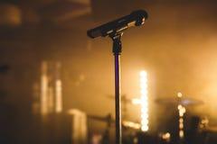 Vue d'étape pendant le concert de rock, avec des instruments de musique et des lumières d'étape de scène, représentation d'exposi Image libre de droits