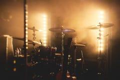 Vue d'étape pendant le concert de rock, avec des instruments de musique et des lumières d'étape de scène, représentation d'exposi Images libres de droits
