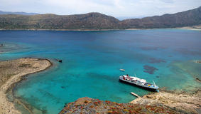 Vue d'île de Gramvousa sur un bateau de croisière, touristes de attente, et une belle vue de l'eau Image stock