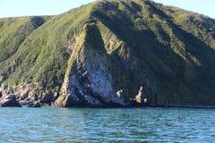 Vue d'île de Starichkov par la péninsule de Kamchatka, Russie photographie stock