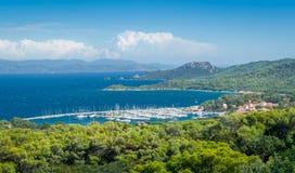 Vue d'île et de marina de Porquerolles images stock
