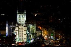 Vue d'abbaye de Bath la nuit avec le marché de Noël autour de lui Images stock