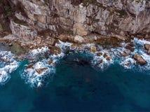 Vue d'Airial des vagues se brisant sur les roches image libre de droits
