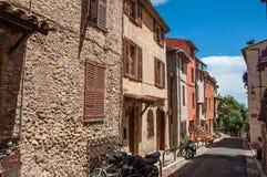 Vue d'allée avec des maisons sur la pente et le ciel bleu dans le Haut-De-Cagnes Images stock