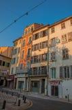 Vue d'allée avec des maisons urbaines et des piétons dans Draguignan Photos stock