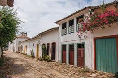 Vue d'allée de pavé rond avec de vieilles maisons colorées et de végétation dans Paraty photo libre de droits