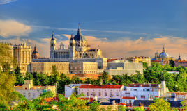 Vue d'Almudena Cathedral à Madrid, Espagne Photos stock