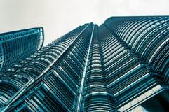 Vue d'angle au fond texturisé du skysc en verre moderne de bâtiment Photos stock