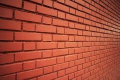 Vue d'angle de culture d'un mur rouge images stock