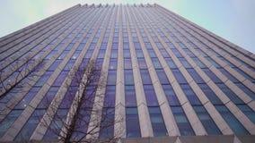 Vue d'angle de perspective et de dessous au fond texturisé des gratte-ciel de construction bleus en verre modernes le soir banque de vidéos