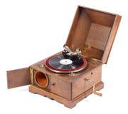 Vue d'angle de vieux phonographe en bois sur le fond blanc Images stock