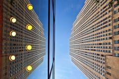 Vue d'angle faible de bâtiments d'affaires de New York City, Etats-Unis Image stock