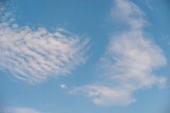Vue d'angle faible de ciel bleu Photos stock