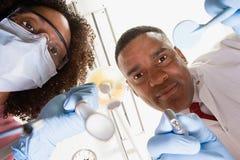 Vue d'angle faible de dentiste et d'infirmière dentaire image libre de droits