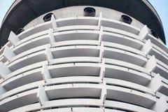 Vue d'angle faible de l'hôtel de touristes blanc avec le fond de ciel bleu images stock