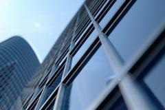 vue d'angle faible de l'illustration 3D des gratte-ciel Gratte-ciel à dans le jour recherchant la perspective Vue inférieure des  illustration libre de droits