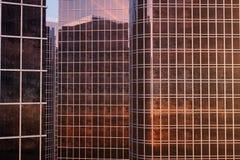 vue d'angle faible de l'illustration 3D des gratte-ciel Gratte-ciel au coucher du soleil recherchant la perspective Vue inférieur illustration stock