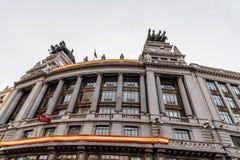 Vue d'angle faible de l'immeuble de bureaux classique espagnol à Madrid Photographie stock
