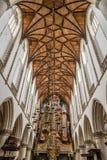Vue d'angle faible de l'intérieur de la cathédrale de Haarlem Photo stock