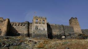 Vue d'angle faible de la bastion, du fossé et du mur externe principal à l'avant d'un grand château antique banque de vidéos