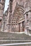 Vue d'angle faible de la porte dans des Frances de Rodez photographie stock