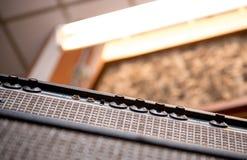 Vue d'angle faible de panneau de boutons d'amplificateur de guitare Photographie stock