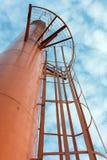 Vue d'angle faible de réservoir d'eau orange Photo libre de droits