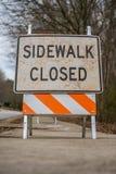 Vue d'angle faible de signe fermé de trottoir sale Images stock
