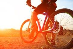 Vue d'angle faible de vélo de montagne d'équitation de cycliste images stock