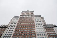 Vue d'angle faible de vieux gratte-ciel par jour pluvieux Photos stock