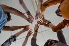 Vue d'angle faible des amis avec des bras augmentés Image libre de droits