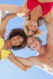 Vue d'angle faible des amis heureux sur la plage Images libres de droits