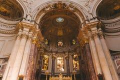 vue d'angle faible des beaux DOM antiques de Berlinois intérieurs à Berlin, Allemagne Images stock