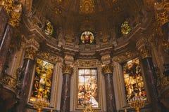 vue d'angle faible des beaux DOM antiques de Berlinois intérieurs à Berlin, Allemagne Images libres de droits