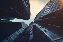 Vue d'angle faible des gratte-ciel Gratte-ciel au coucher du soleil recherchant la perspective Vue inférieure des gratte-ciel mod Photo stock
