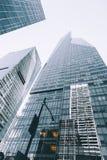 Vue d'angle faible des gratte-ciel contre le ciel à New York City Photos stock