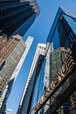 Vue d'angle faible des gratte-ciel contre le ciel à New York City Photographie stock libre de droits