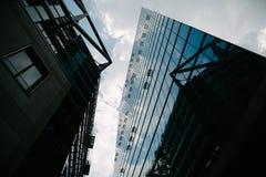 vue d'angle faible des gratte-ciel modernes et du ciel bleu, Potsdamer Platz, Berlin, Allemagne Photographie stock libre de droits