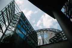 vue d'angle faible des gratte-ciel modernes et du ciel bleu, Potsdamer Platz, Berlin, Allemagne Images stock